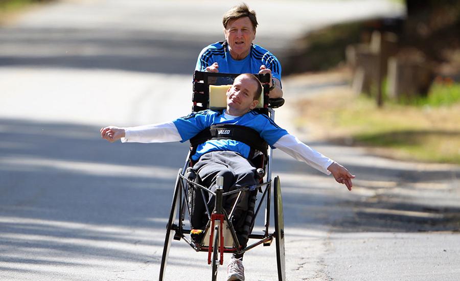 Pais de filhos cadeirantes mostram que corrida de rua é inclusão social